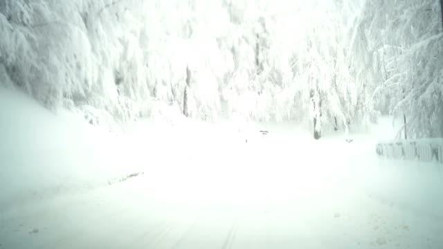 fahrt durch die verschneiten berge - schneebedeckt stock-videos und b-roll-filmmaterial