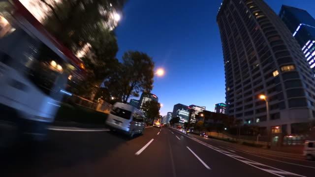 vídeos de stock e filmes b-roll de driving through the city at dusk - plusphoto