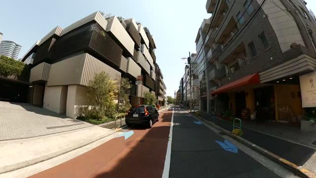 stockvideo's en b-roll-footage met rijden door de stad op de zonnige dag. lege straten van tokio. - sunny