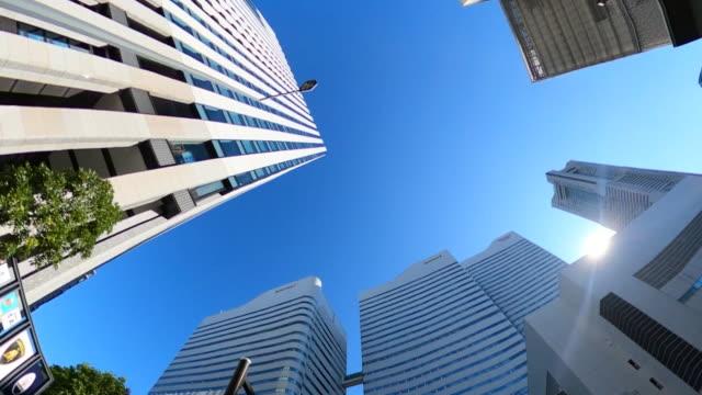 vídeos de stock, filmes e b-roll de dirigindo pela cidade | olhar para cima - facade