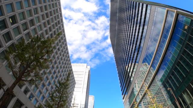街をドライブ / スカイラインを直接見上げる - plusphoto点の映像素材/bロール