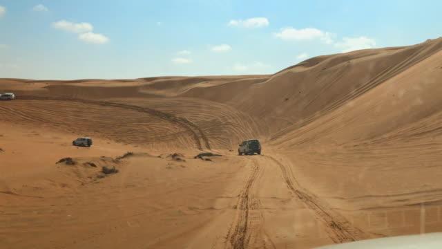 pov guidare attraverso il deserto in oman - tourism video stock e b–roll
