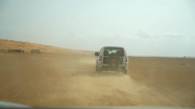vidéos et rushes de pov conduire à travers le désert - sports utility vehicle