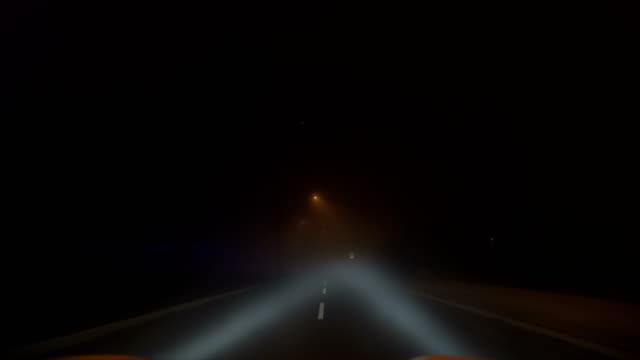 vidéos et rushes de conduite à travers le brouillard la nuit - phare avant de véhicule