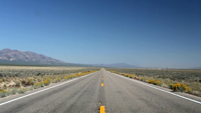 driving through the nevada desert - grandangolo tecnica fotografica video stock e b–roll
