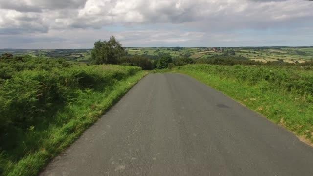 vídeos y material grabado en eventos de stock de driving through the north yorkshire coutryside from a drivers point of view - paisaje mosaico