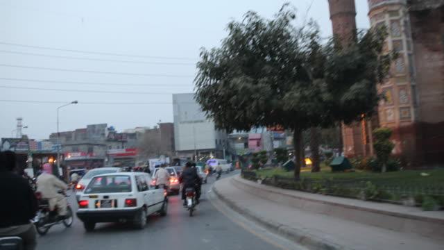 vidéos et rushes de driving through the streets of lahore passing motorcyclists, tuk tuks, cars etc. - lahore pakistan