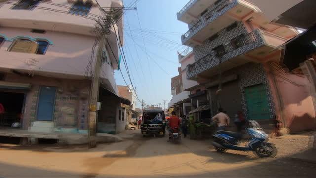 driving through town in banda, uttar pradesh, india, on sunday, october 11, 2020. - rikscha stock-videos und b-roll-filmmaterial