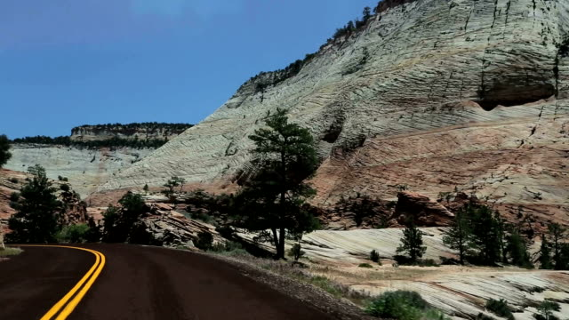driving through utah - kurvenreiche straße stock-videos und b-roll-filmmaterial