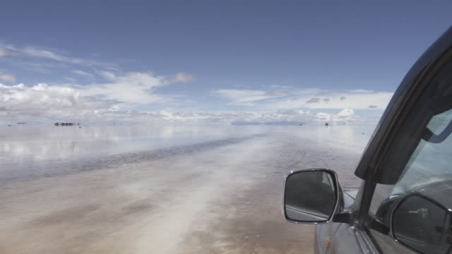 stockvideo's en b-roll-footage met driving through uyuni salt flat - bolivia