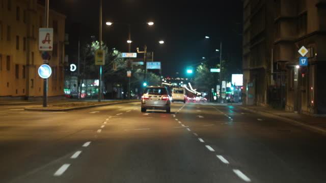 vidéos et rushes de conduite par le biais de vienne - phare avant de véhicule