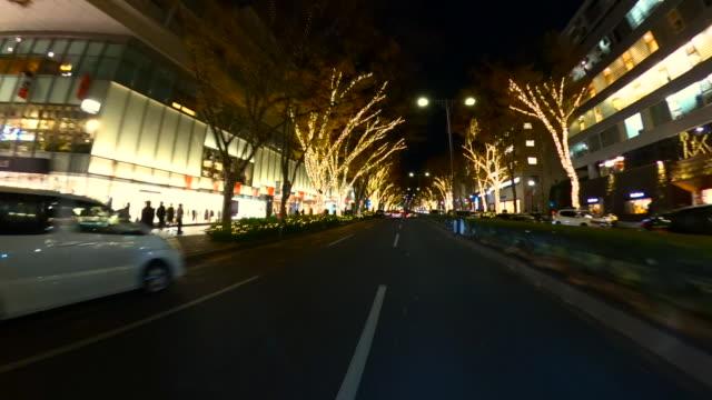 vídeos de stock, filmes e b-roll de condução através da iluminação da noite do inverno em omotesando, tokyo - vista da cidade