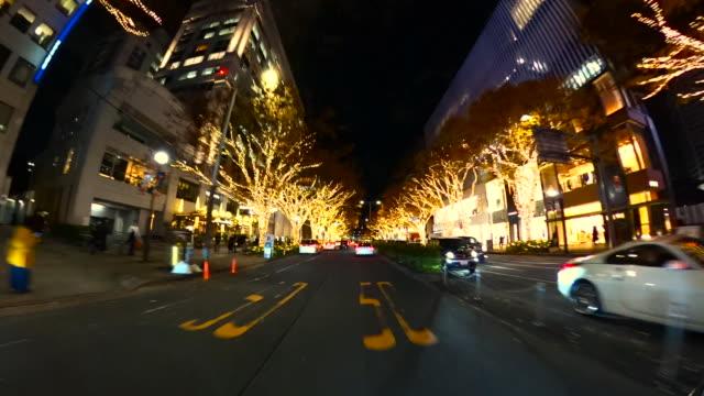 vídeos y material grabado en eventos de stock de conducir a través de la iluminación nocturna de invierno en omotesando, tokio - vista de población