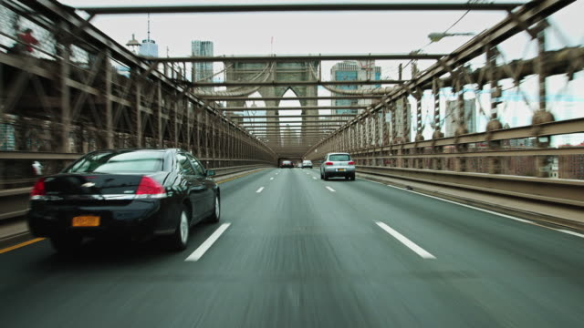 vídeos de stock e filmes b-roll de driving to manhattan over the brooklyn bridge - sped up - marca de estrada