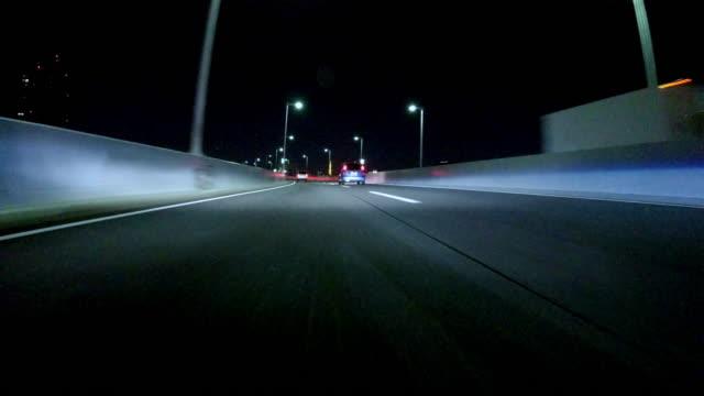 vídeos de stock e filmes b-roll de condução para passar à noite na ponte arco-íris - farol estrutura construída