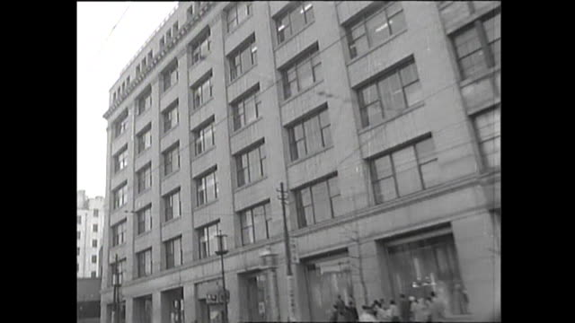 vídeos de stock, filmes e b-roll de 1959 driving pov tokyo nihonbashi district - placa de nome de rua