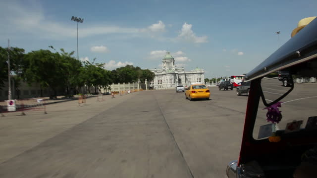 vidéos et rushes de pov ws driving towards ananta samakhom throne hall / bangkok, thailand - style néoclassique