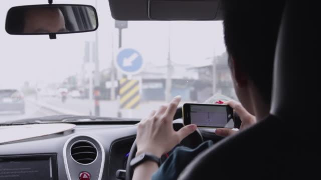 vidéos et rushes de conduite à l'aide de la navigation gps sur smartphone montrant l'itinéraire - auto discipline