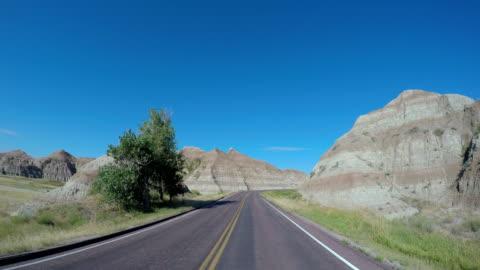 vídeos de stock, filmes e b-roll de pov driving vehicle highway badlands south dakota usa - dakota do sul
