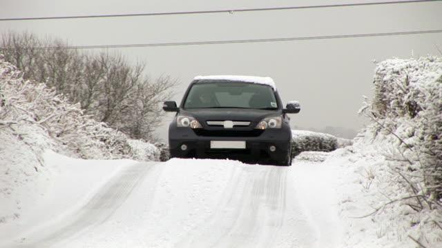 vídeos de stock, filmes e b-roll de dirigindo o veículo na neve-hd & pal - passar a frente