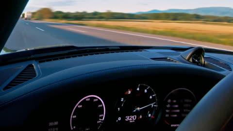 vidéos et rushes de conduire très vite sur la voie publique - compteur