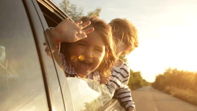 vídeos y material grabado en eventos de stock de en automóvil - saludar con la mano