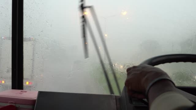Kör med en buss genom regnet på autobahn
