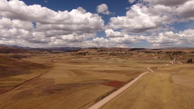 vídeos y material grabado en eventos de stock de drone 4k cusco peru - carretera de campo