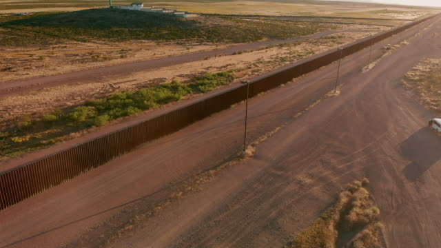 vidéos et rushes de drone 4k sunset footage of the border wall between the united states and mexico at the crossing of palomas chihuahua and columbus new mexico - mur