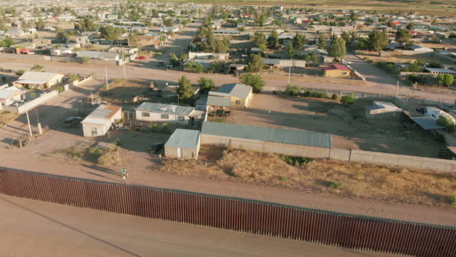 vidéos et rushes de drone 4k sunset footage of the border wall between the united states and mexico at the crossing of palomas chihuahua and columbus new mexico - texas