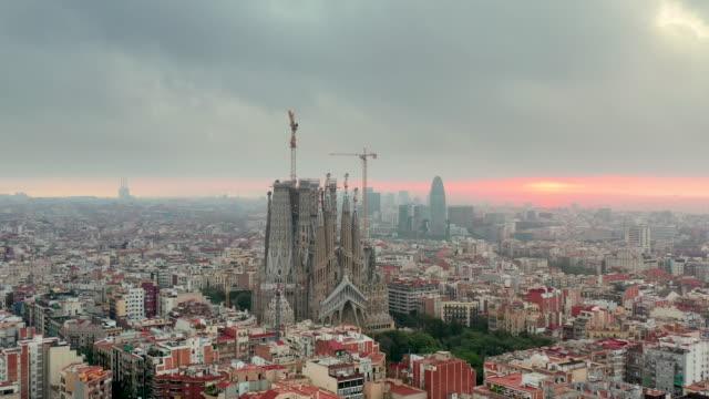 vídeos y material grabado en eventos de stock de drone 4k video of barcelona cityscape and sagrada fimiliar - plano descripción física