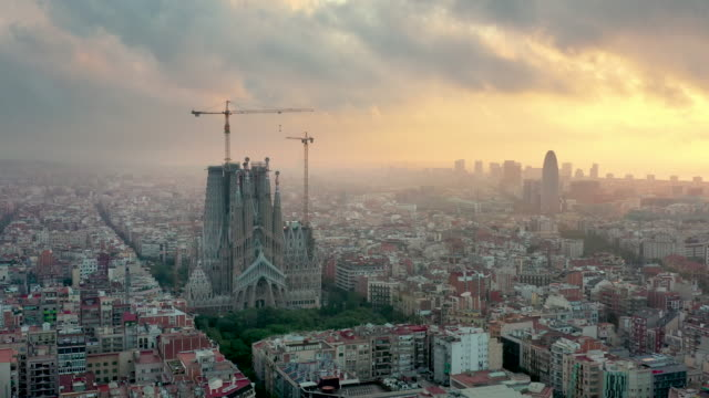 drone 4k video of barcelona cityscape and sagrada fimiliar - barcelona stock-videos und b-roll-filmmaterial