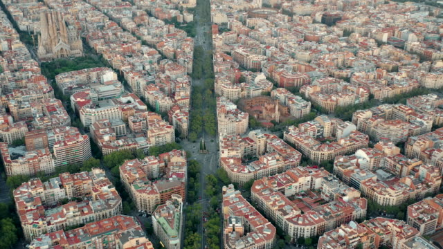 drone 4k video of barcelona cityscape and sagrada fimiliar - altstadt stock-videos und b-roll-filmmaterial
