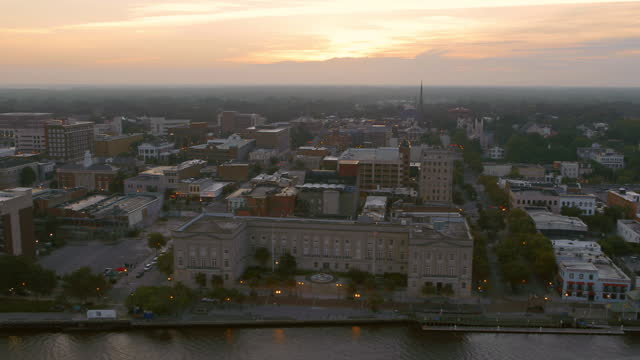 drone aerial downtown wilmington waterfront on cape fear river at sunrise - wilmington north carolina stock-videos und b-roll-filmmaterial