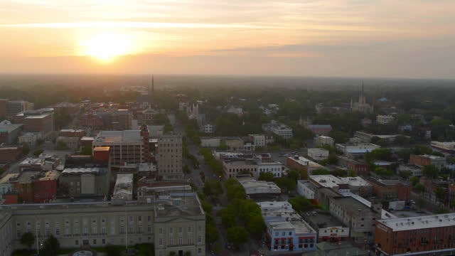 vídeos de stock, filmes e b-roll de drone aerial downtown wilmington waterfront on cape fear river at sunrise - wilmington carolina do norte