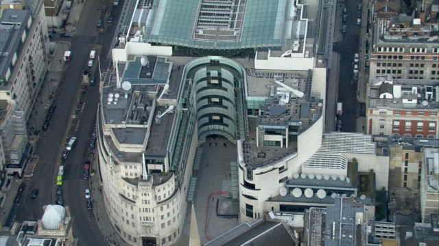 vidéos et rushes de drone aerial of bbc new broadcasting house, flying up to wide shot, london - bbc
