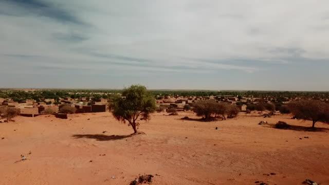 vidéos et rushes de drone aerial over village in the sahel region of mali - paysage afrique