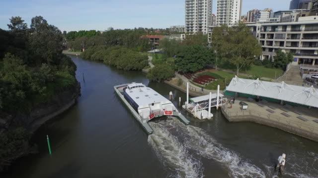 vídeos y material grabado en eventos de stock de drone aerial - rise up over river - rivercat ferry leaving parramatta wharf past mangroves - under macarthur street bridge - pan to look south with... - terminal de ferry