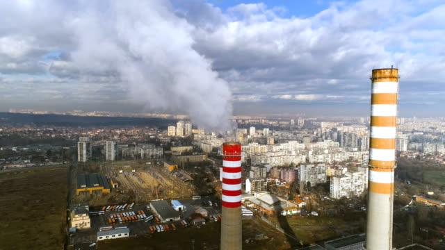 vidéos et rushes de drone aérien coup éloignait les cheminées d'usines de l'industrie lourde intoxication par l'air - fumer du tabac