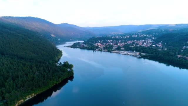 vídeos de stock, filmes e b-roll de drone de tiro aéreo voando sobre o lago pancharevo em sofia, bulgária em 4k - bulgária