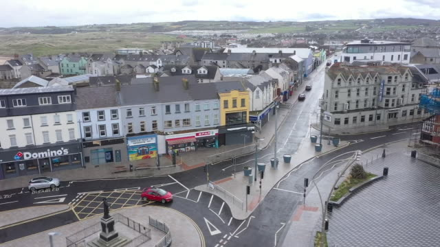 drone aerial shots of a deserted portrush town centre, empty beach and closed amusement park during the coronavirus lockdown on 13 may 2020 in... - nordirland bildbanksvideor och videomaterial från bakom kulisserna
