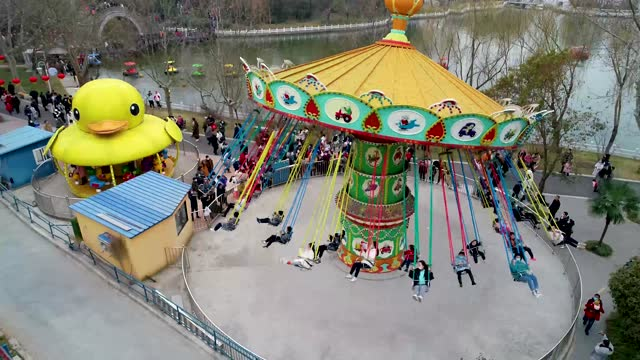 vidéos et rushes de drone aerial video of crowds of people visiting a park and confucian temple shopping street on the first day of the chinese lunar new year in huai... - parc d'attractions