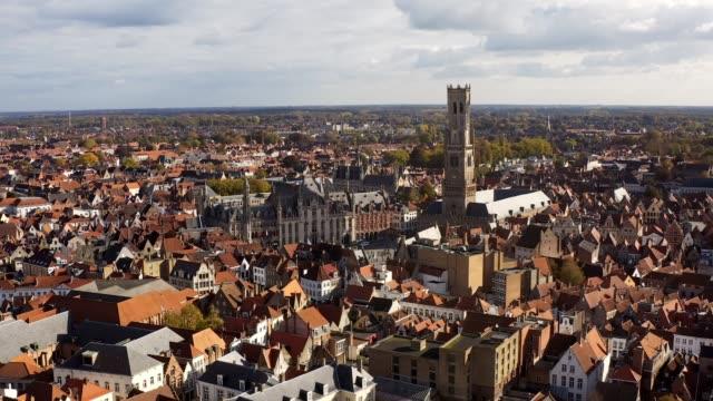 vidéos et rushes de drone viel aérien de la grand-place de bruxelles, l'hôtel de ville, et la maison du roi ou breadhouse. ville aérienne de construction de maisons de centre-ville bruxelles belgique - lieu de culte