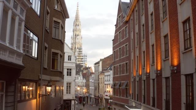 stockvideo's en b-roll-footage met drone luchtviel van de grote markt brussel het stadhuis van de stad, en het koningshuis of broodhuis. luchtdowntown woningbouwstad brussel belgië - binnenstad