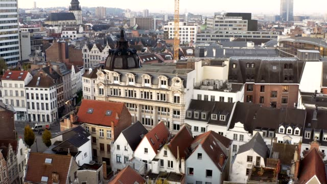 drone aerial viel of grand place brussels the city's town hall, and the king's house or breadhouse. aerial downtown house building city brussels belgium - regione di bruxelles capitale video stock e b–roll