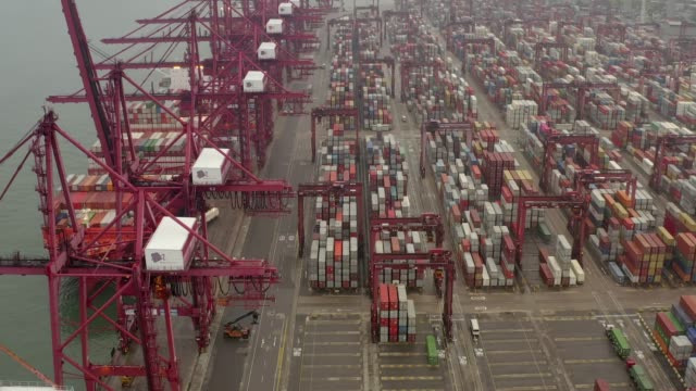 stockvideo's en b-roll-footage met drone aerial view 4k footage of shipping to harbor by crane in victoria harbour, hong kong. - hong kong