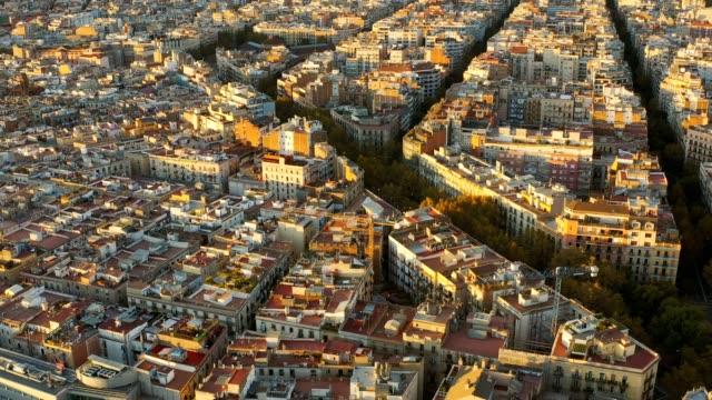 vídeos y material grabado en eventos de stock de vista aérea de drones de hermosa tradición famosa patrón de cuadrícula de construcción de patrones y el hospital san pow en el paisaje urbano de barcelona en españa, - cultura mediterránea