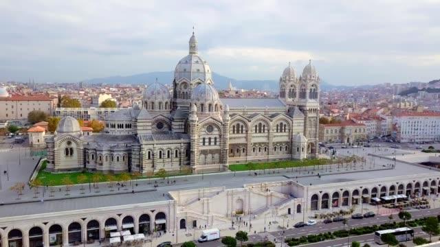 vidéos et rushes de vue aérienne drone de la cathédrale majeure le major a été construit dans le style néo-byzantin entre 1852 et 1893 sur les plans de l'architecte léon vaudoyer . situé dans le quartier de joliette - marseille