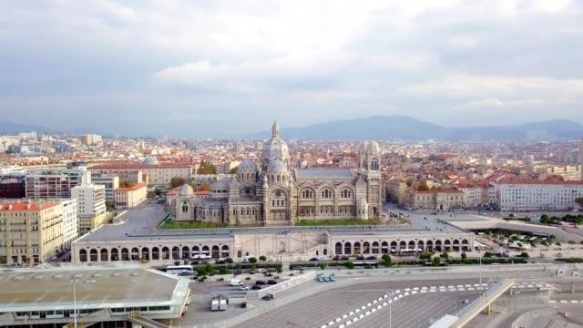 vidéos et rushes de vue aérienne drone de la cathédrale majeure le major a été construit dans le style néo-byzantin entre 1852 et 1893 sur les plans de l'architecte léon vaudoyer . situé dans le quartier de joliette - lieux géographiques