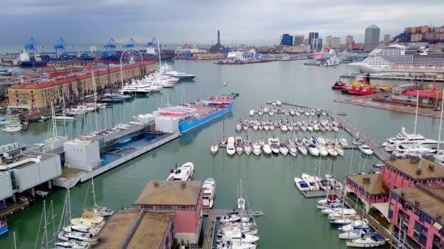 drone vista aerea del famoso molo porto yatch di genou italia - porto marittimo video stock e b–roll